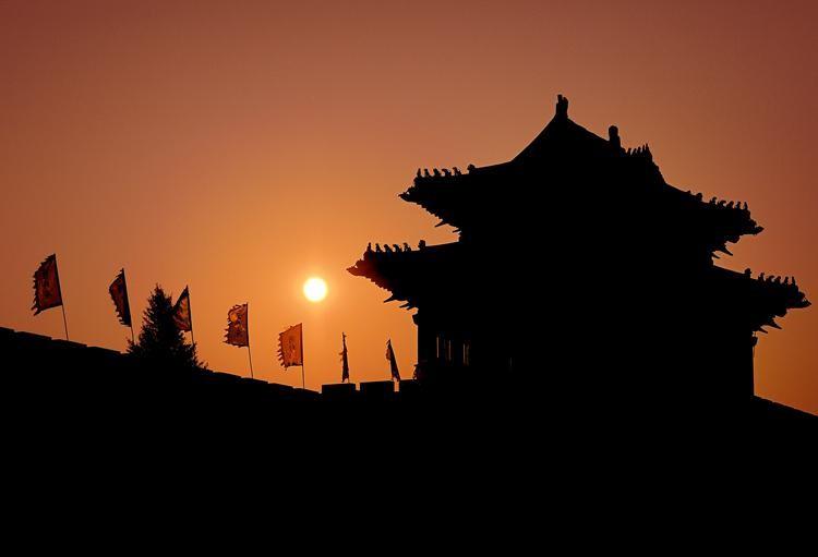 """开封古称大梁、汴州、东京、汴京,为著名的八朝古都,已有2700多年的历史,是首批中国历史文化名城,中国八大古都之一。历史上的开封有着""""琪树明霞五凤楼,夷门自古帝王州""""、""""汴京富丽天下无""""的美誉,北宋东京开封更是当时的第一大城市。漫步在今日的开封,不时有古色古香的建筑映入眼帘,恍惚间,仿佛走进了清明上河图,感受着古都昔日的繁华和今日的祥和。"""