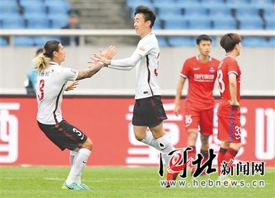 河北华夏幸福队小将车世伟(左二)与队友庆祝进球。