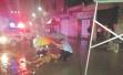 晋江男子骑车摔伤倒地 民警撑伞为其遮雨
