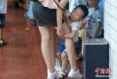 萌娃开学抱妈妈大腿