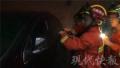 2岁男童拿着车钥匙玩把车锁住 消防破窗救娃