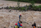 男子被洪水困孤岛