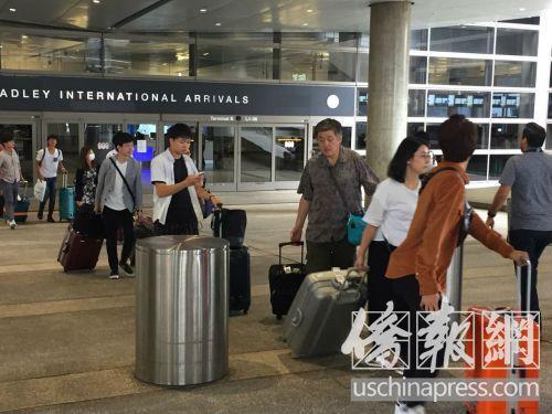 从机场走出的中国游客一个个如释重负。(美国《侨报》记者高睿摄)