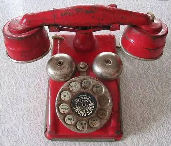 """""""你在那吗?华生先生""""华生以肯定的语气回答,同时数百位在场的听众报以热烈的掌声。这一天AT&T完成了第一条横贯美洲大陆的电话线,迎来跨越美国语音通信时代,并成就了今天难以想象的智能手机产业。"""
