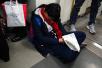 北京:地铁早高峰中学生手握试卷在车厢睡着