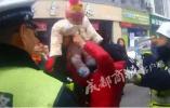 为了抗法车主将6个月孙女4次砸向交警 还有人性吗?