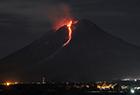 火山岩浆照亮夜空