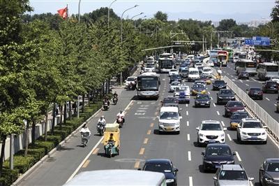 2016年7月13日,中关村北大街,市民在自行车道上骑行。新京报记者 浦峰 摄