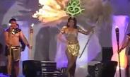 惊魂一刻!女模特走秀时头上羽毛冠饰起火