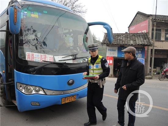 金沙会线上娱乐:重庆警察初三执勤遇袭牺牲 公安部发来唁电
