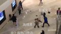 上海环贸一男子跳楼身亡 砸伤楼下两名女子