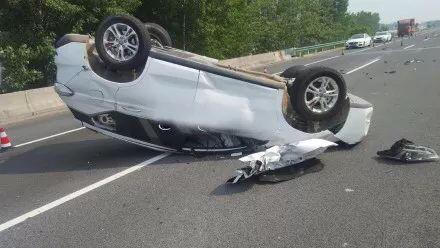 男子高速上打盹翻车 车上还有怀孕的妻子