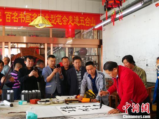中国书法家协会会员、北京市书法家协会理事淳一正在进行创作。 杨杰英 摄