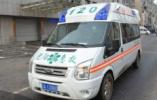 沈阳一老人被公交车撞倒 民警帮忙急救