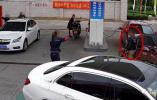 事发江苏!一男子竟在加油站内放火!周围全是车