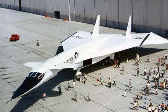 美军曾经研制的XB-70超音速轰炸机,由于极端复杂而放弃