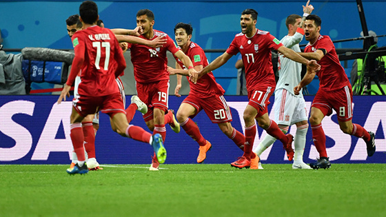 伊朗队工作人员观进球被判无效后病倒