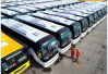 大客车两轮胎跑飞 南京交警排隐患暂扣车辆反被投诉