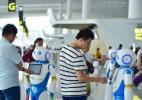 """广州白云机场上线""""云朵""""智能机器人 可多语种交互"""