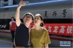 广深港高铁开通首日上座率百分百 香港市民:有种血脉贯通的感觉
