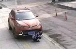 杭州女子蹲地上看手機被捲入車底,20秒內大批市民自發營救