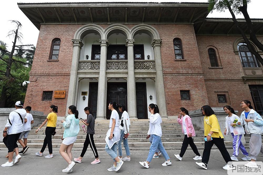 2019年7月17日,北京,暑期已經拉開帷幕,清華大學又一次迎來參觀高峰期,來自全國各地的學生及老師家長進校參觀遊覽,一睹名校風采。圖為學生們從第二教學樓前走過。中國搜索宋家儒攝