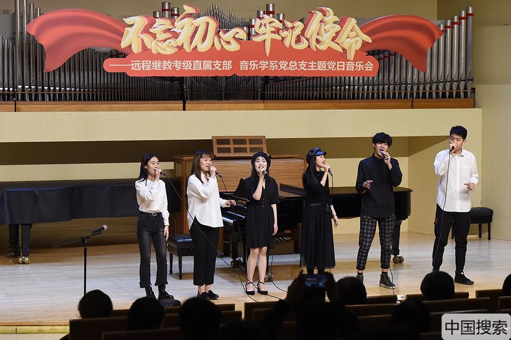 """音乐会第二篇""""青春活力""""突出青春力量,新声代室内合唱团、新声代""""M.E. Two""""人声室内乐团和""""Zing""""阿卡贝拉人声乐团以阿卡贝拉、无伴奏室内合唱、重唱以及带伴奏的小组合唱等形式联袂演绎了几首国内外风格不一的合唱作品。中国搜索宋家儒摄"""