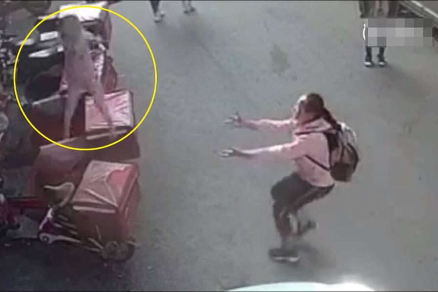 2岁幼童从3楼坠落 小学生徒手追接(组图)