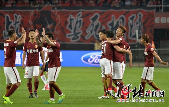 辽宁 苏宁/图为华夏幸福队球员庆祝胜利。