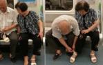 成都地铁上温馨一幕