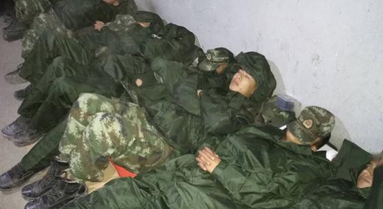 山體滑坡現場 救援官兵這樣休息
