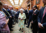 英女王着碎花裙出席宴会 珍珠配饰神采奕奕