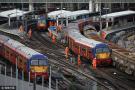 英滑铁卢火车站一火车部分脱离轨道 工人现场紧急处理