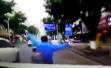 深圳一路怒司机驾车追逐电动车,骑手被连撞三次双手脱把飞出