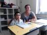 """特别的""""同桌""""!烟台49岁妈妈带10岁脑瘫儿子读一年级"""