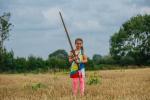 英国7岁女孩水池中捡到1米宝剑 或属于亚瑟王