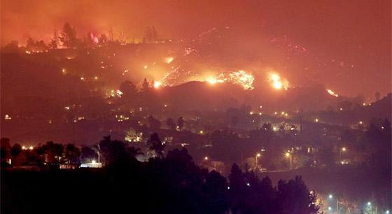 美国加利福尼亚州发生山火 大火映红天际