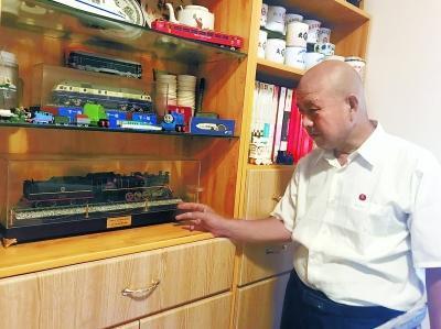 """赵联忠向记者介绍书房陈列的藏品——""""毛泽东号""""列车模型。"""