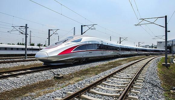 疾驰的复兴号高铁列车 【资料图】图片