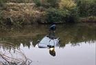 开车玩手机冲进池塘