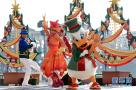 迪士尼乐园举行圣诞巡游