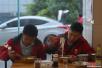 """实拍双十一当日的快递员:京东""""年度战神""""还能休闲吃碗牛肉粉"""