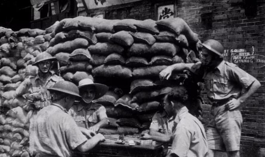 外国人也很喜欢这项游戏。图为1937年,聚在一起打麻将的英军。