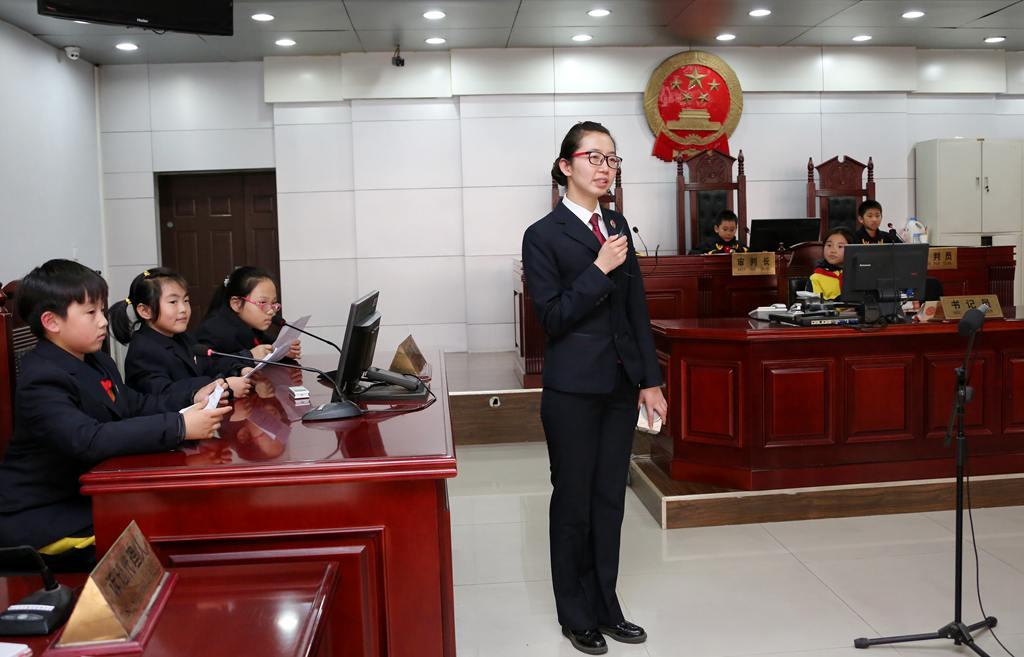 """枣庄小学生""""做客""""法院受教育"""