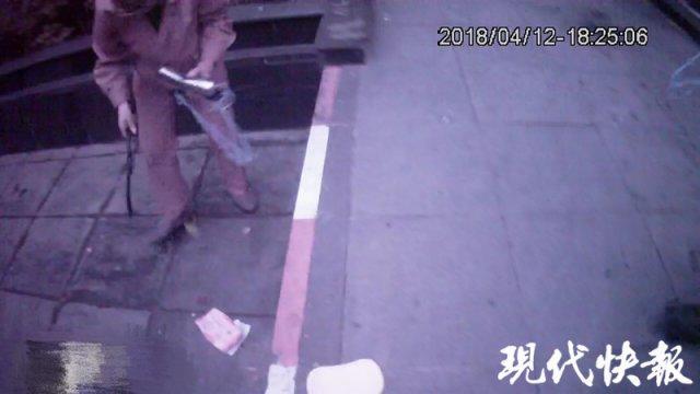 "pk10北京开奖直播视频:楼上飞下水杯衣架险些砸伤人  ""凶手""竟然是三岁娃"
