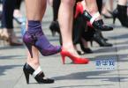 美女高跟鞋被卡致撞车 不念车损反念鞋