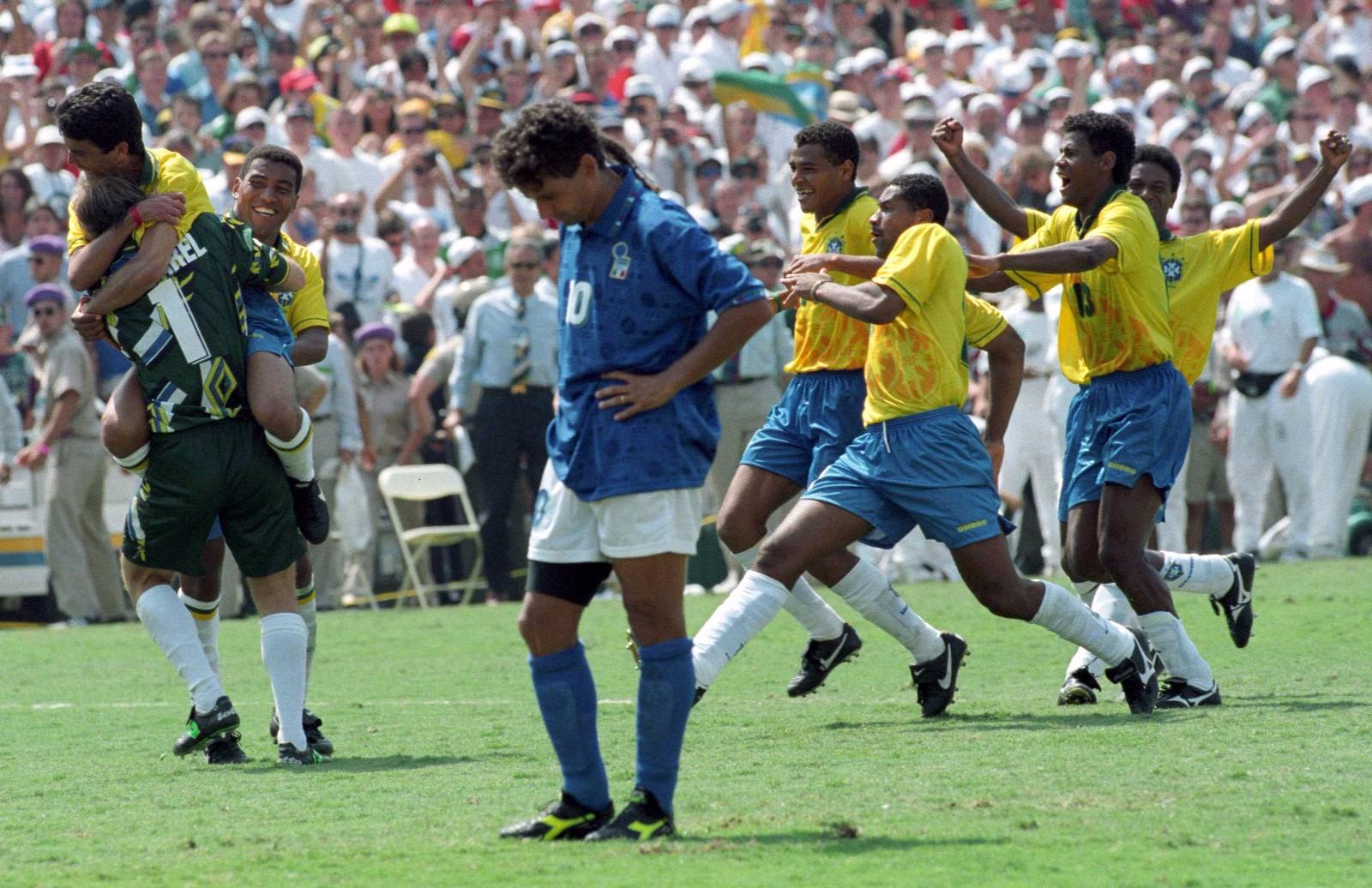 """1994年美国世界杯决赛,巴西队与意大利队经过120分钟鏖战最终0比0战平,点球大战中,罗伯特·巴乔最后一个出场将点球罚失,目送巴西队夺冠。""""忧郁王子""""落寞的背影成为世界足坛永恒的画面。\\\\r\\\\n图为1994年7月14日,巴乔在美国世界杯决赛中罚丢点球后。"""