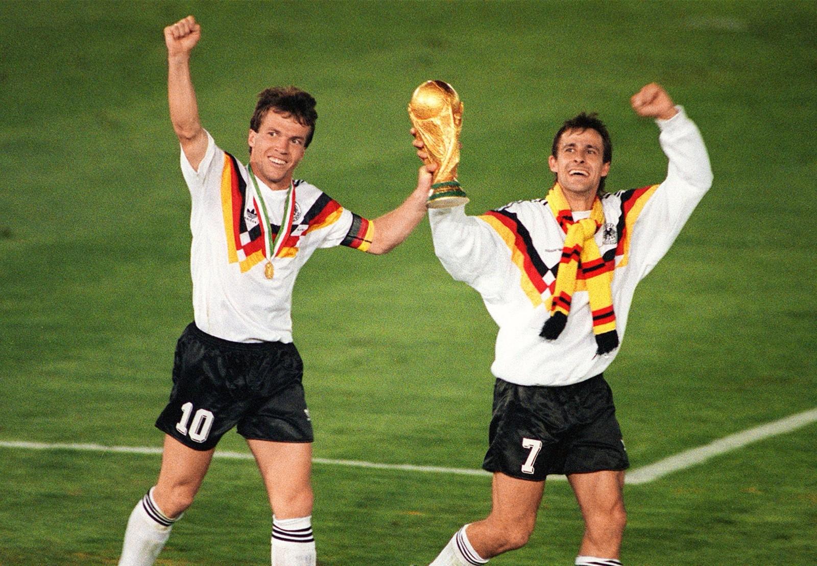 1990年世界杯,由贝肯鲍尔带领的西德铁军,队内云集马特乌斯、克林斯曼、布雷默等实力球员,他们在1982、1986连续两次获得亚军后终于在1990年如愿以偿。\\\\r\\\\n图为1990年7月8日,连续三次参加世界杯的西德球员马特乌斯(左)与利特巴尔斯基在夺得冠军后庆祝。
