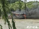 惊险!京杭大运河内大船起火 现场浓烟滚滚