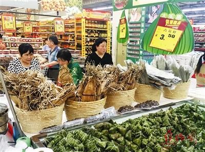 各大商超开启了端午促销大幕 买粽子系彩绳